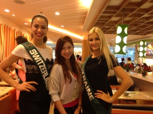 I felt like a dwarf beside these two. :) Need to wear my heels next time around.